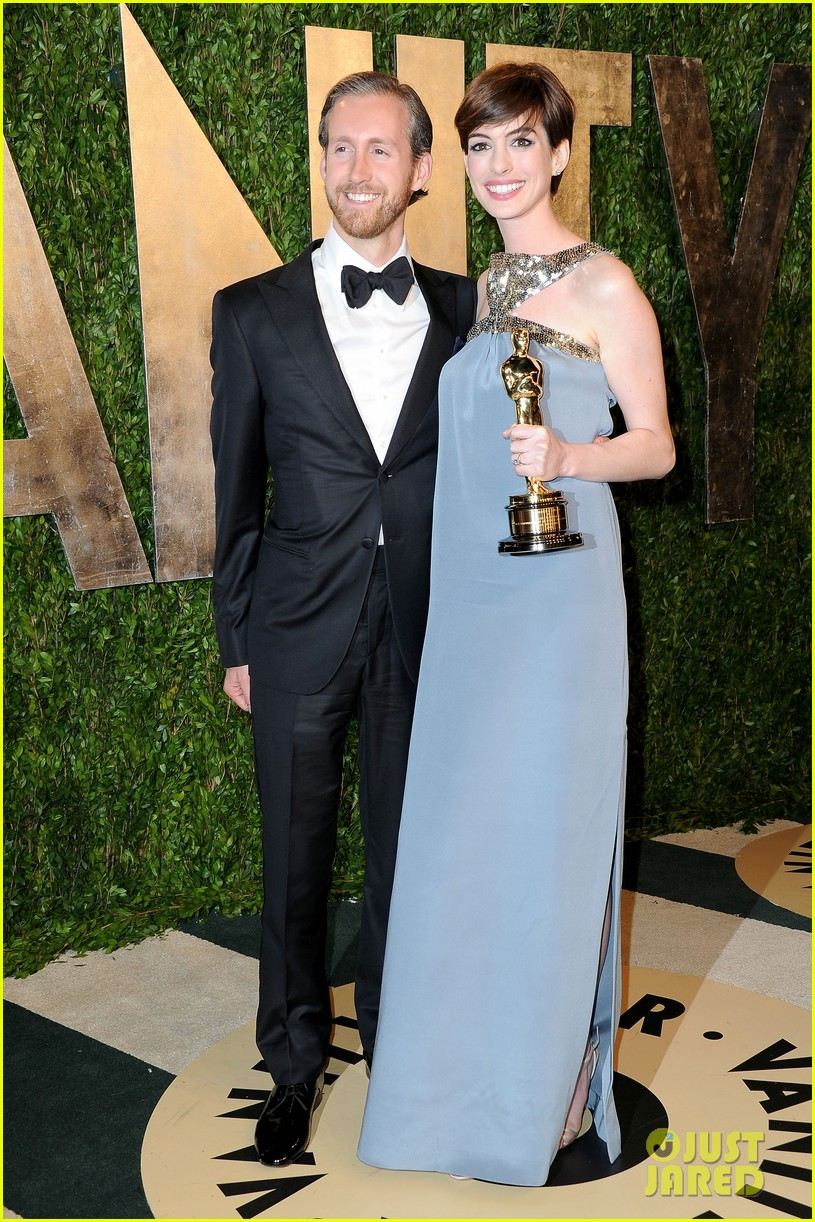 anne hathaway adam shulman vanity fair oscars party 2013 01