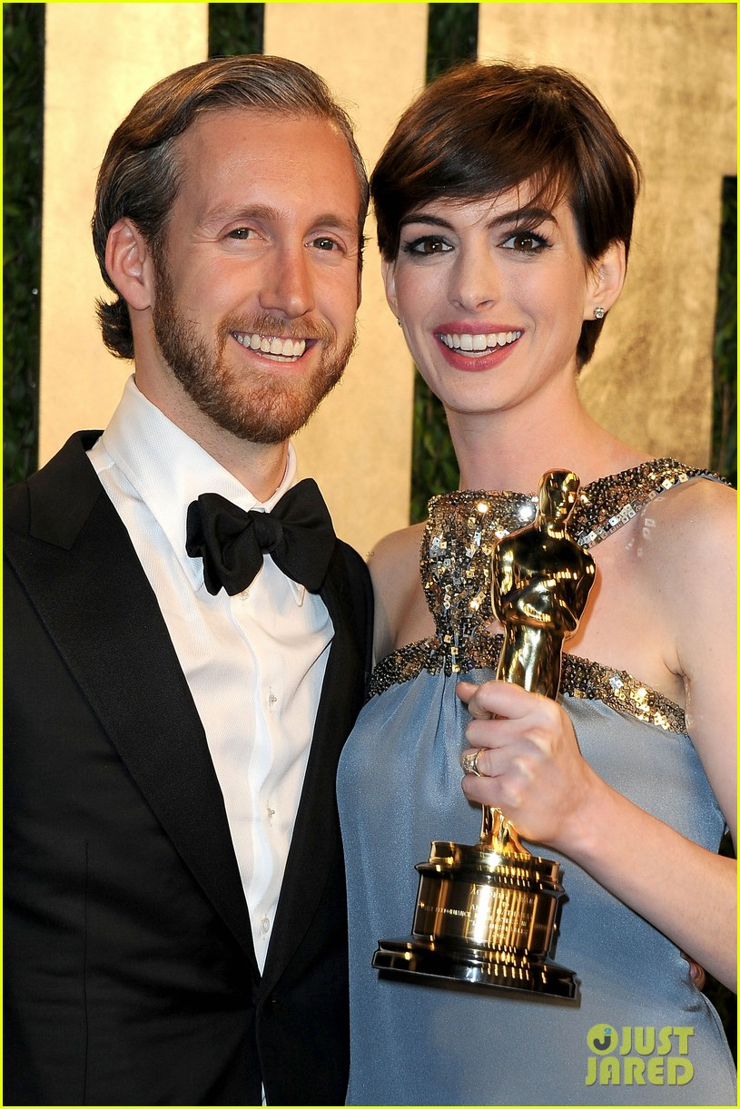 anne hathaway adam shulman vanity fair oscars party 2013 03