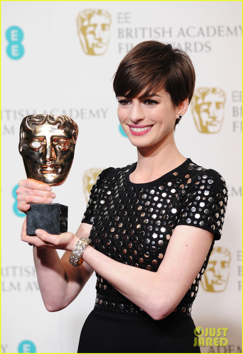 anne hathaway wins best supporting actress baftas 2013 012808962