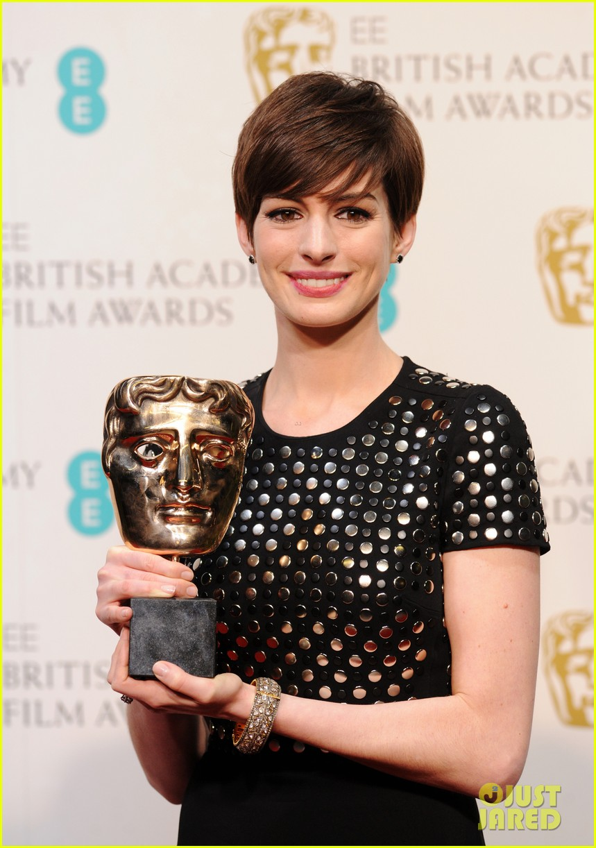 anne hathaway wins best supporting actress baftas 2013 022808963