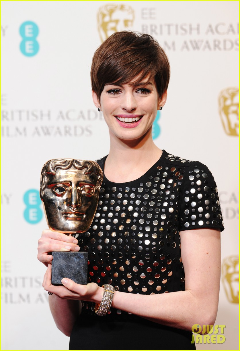 anne hathaway wins best supporting actress baftas 2013 042808965