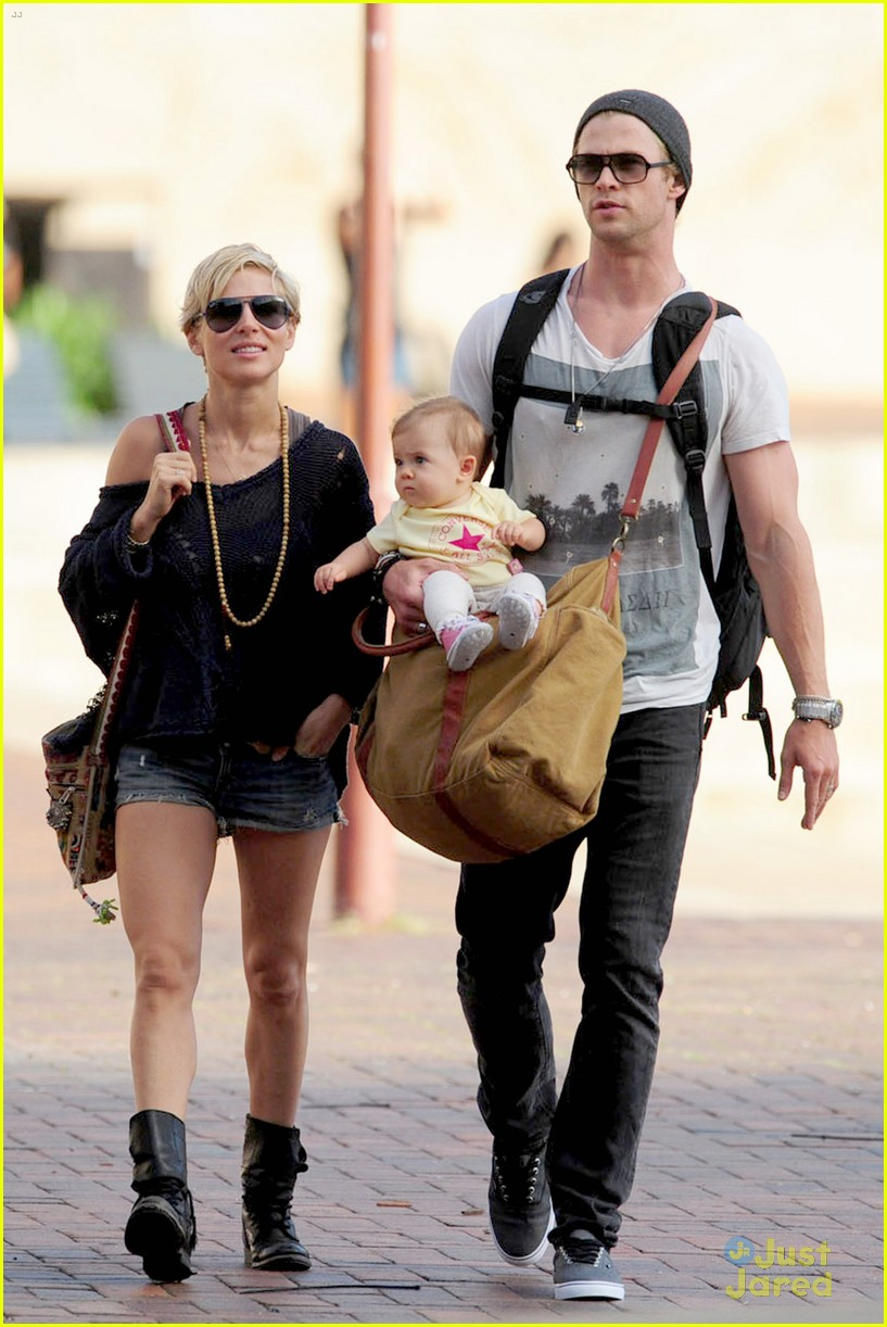 chris hemsworth elsa pataky sydney stroll with india 01
