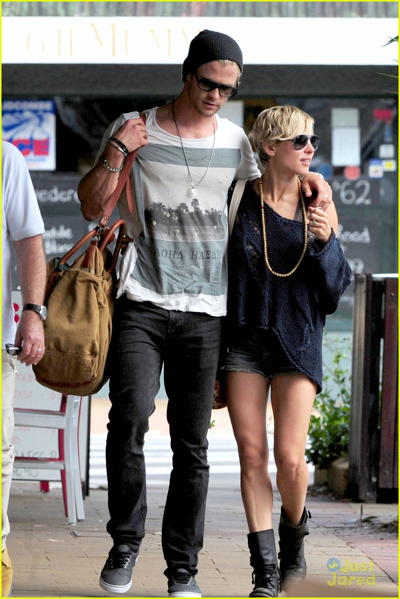 chris hemsworth elsa pataky sydney stroll with india 032814744