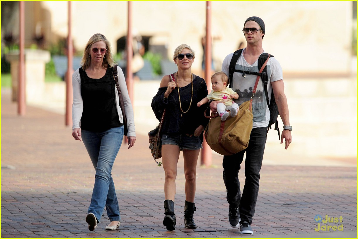 chris hemsworth elsa pataky sydney stroll with india 08