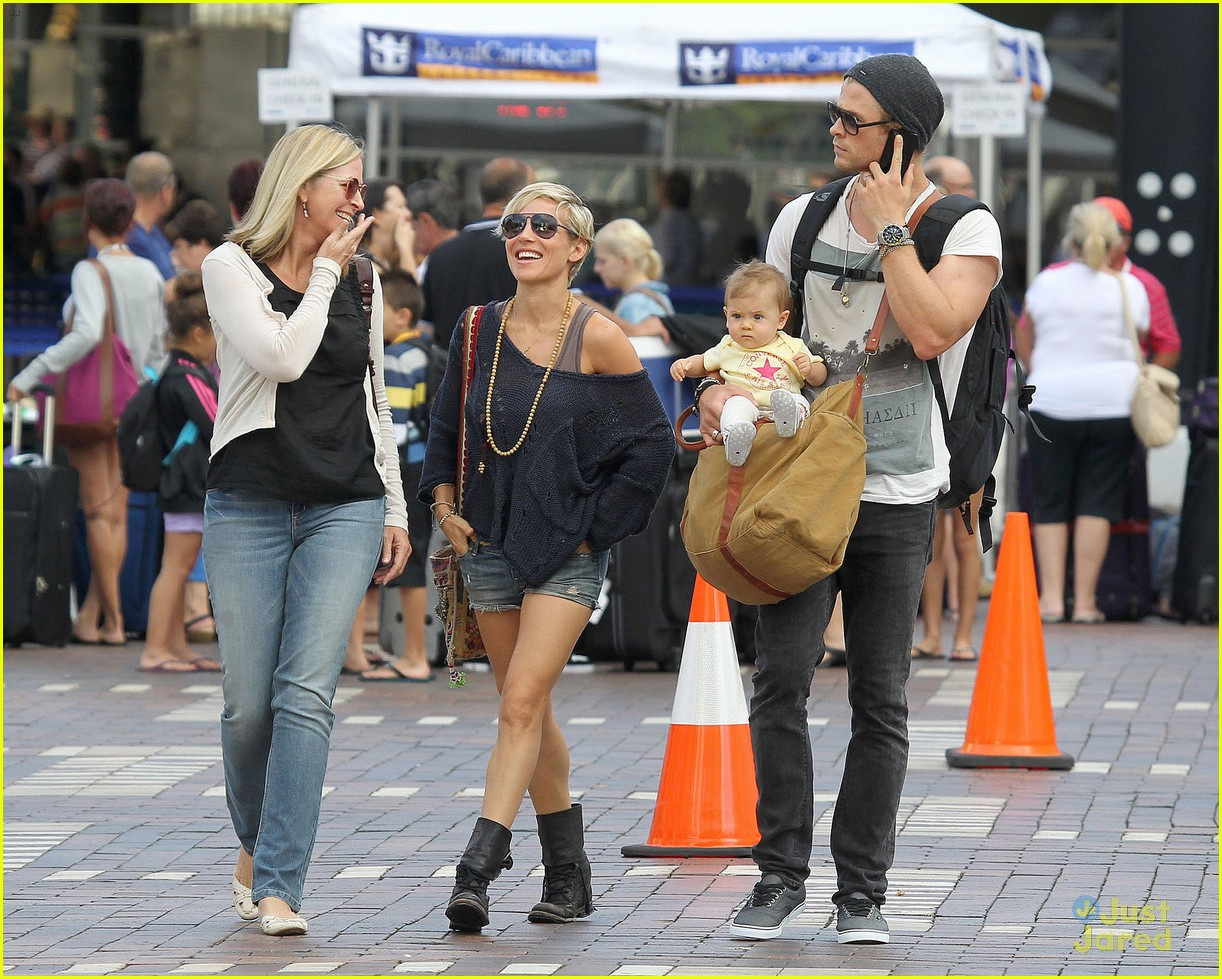chris hemsworth elsa pataky sydney stroll with india 102814751