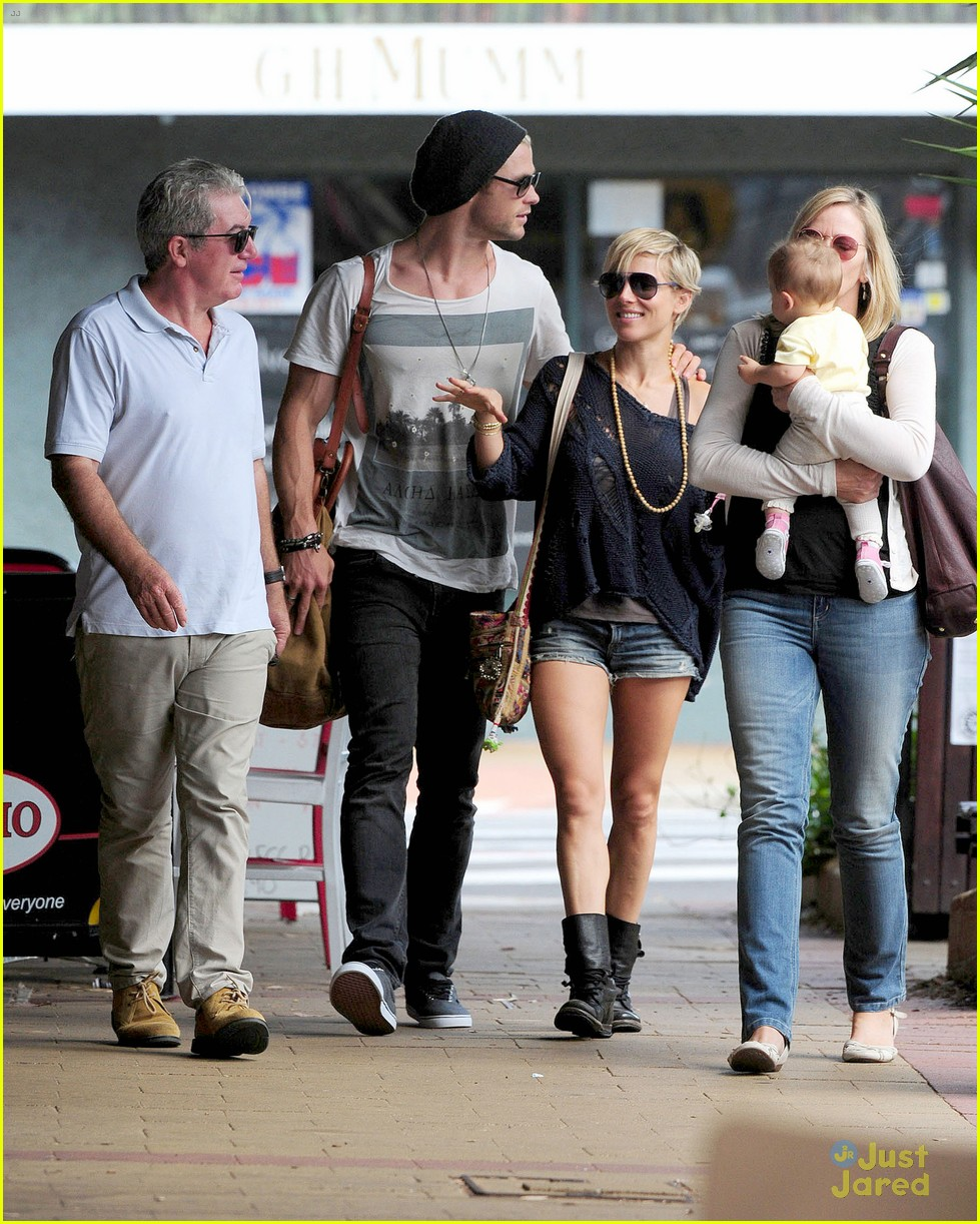 chris hemsworth elsa pataky sydney stroll with india 162814757