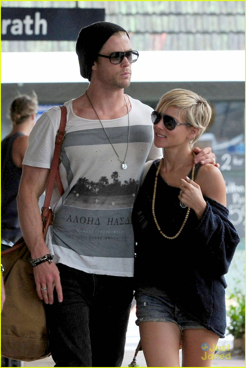 chris hemsworth elsa pataky sydney stroll with india 172814758