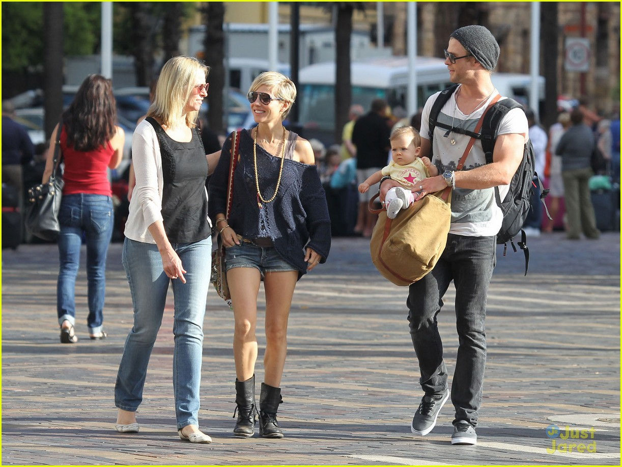 chris hemsworth elsa pataky sydney stroll with india 242814765