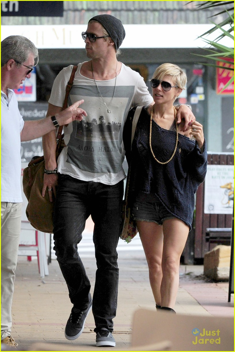 chris hemsworth elsa pataky sydney stroll with india 262814767