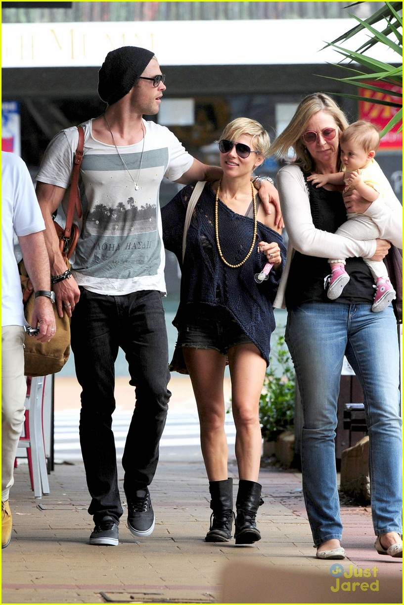 chris hemsworth elsa pataky sydney stroll with india 282814769