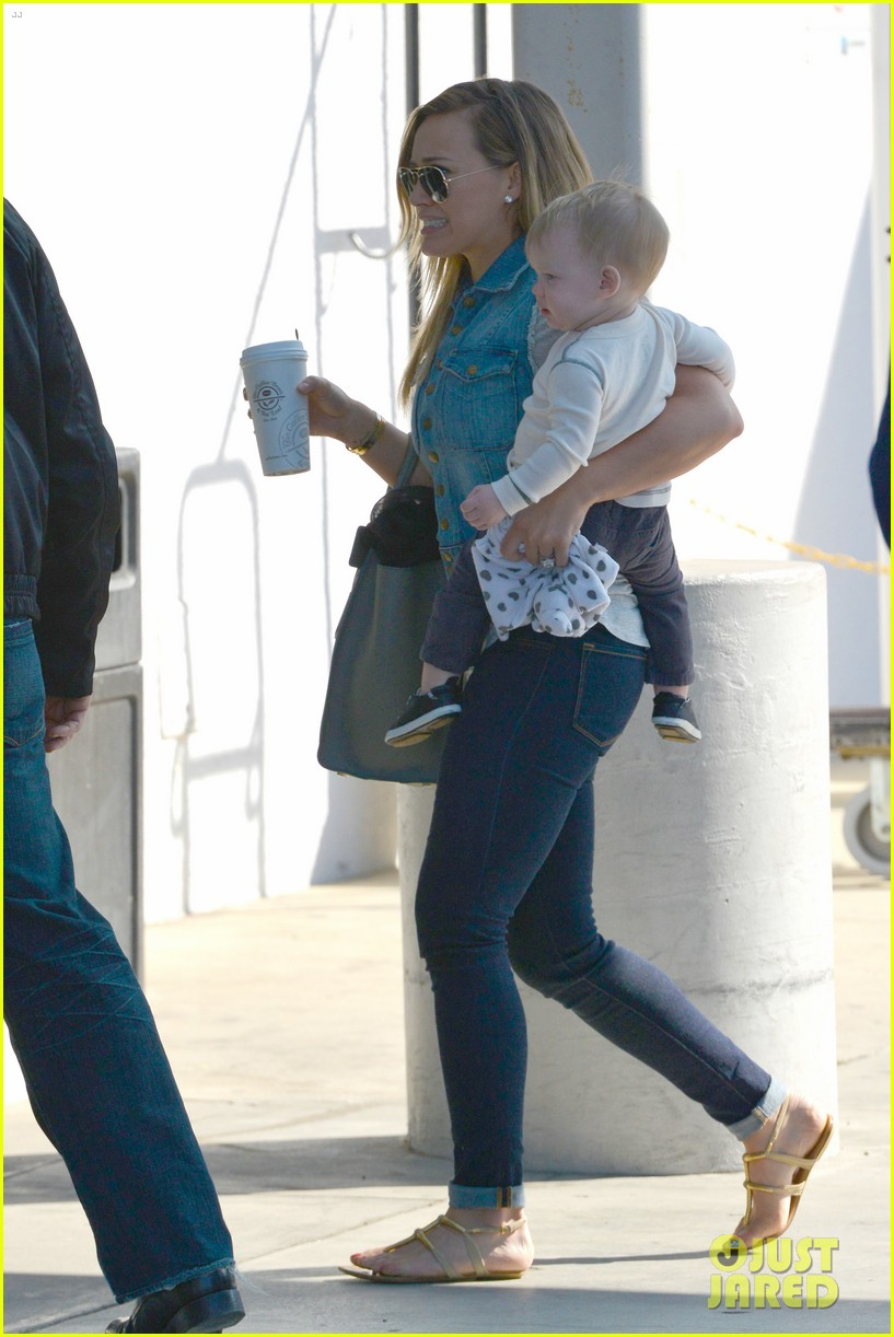 hilary duff mike comrie lax departure with luca 012820993