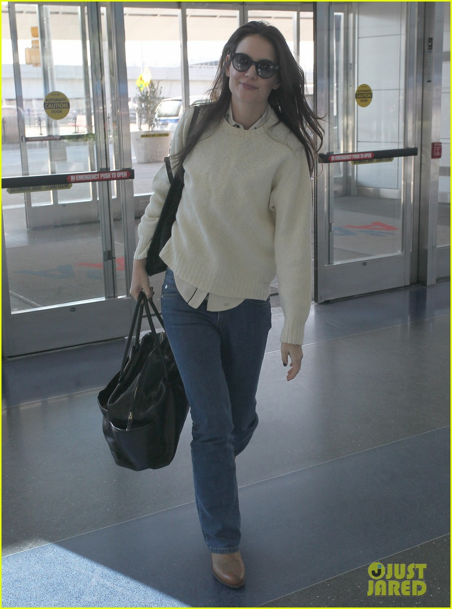 katie holmes flies from jfk to lax 05