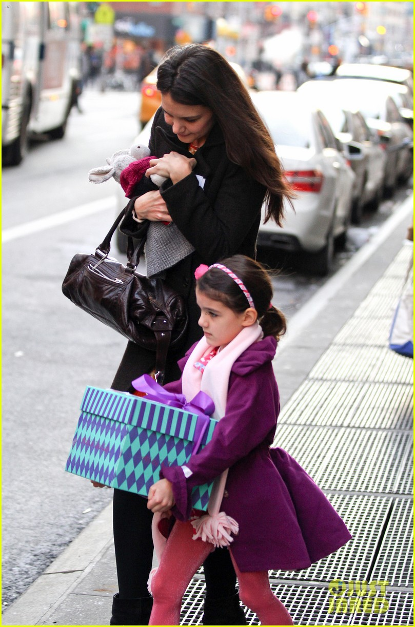 katie holmes celebrates with suri gets breakfast with lawyer 022804531