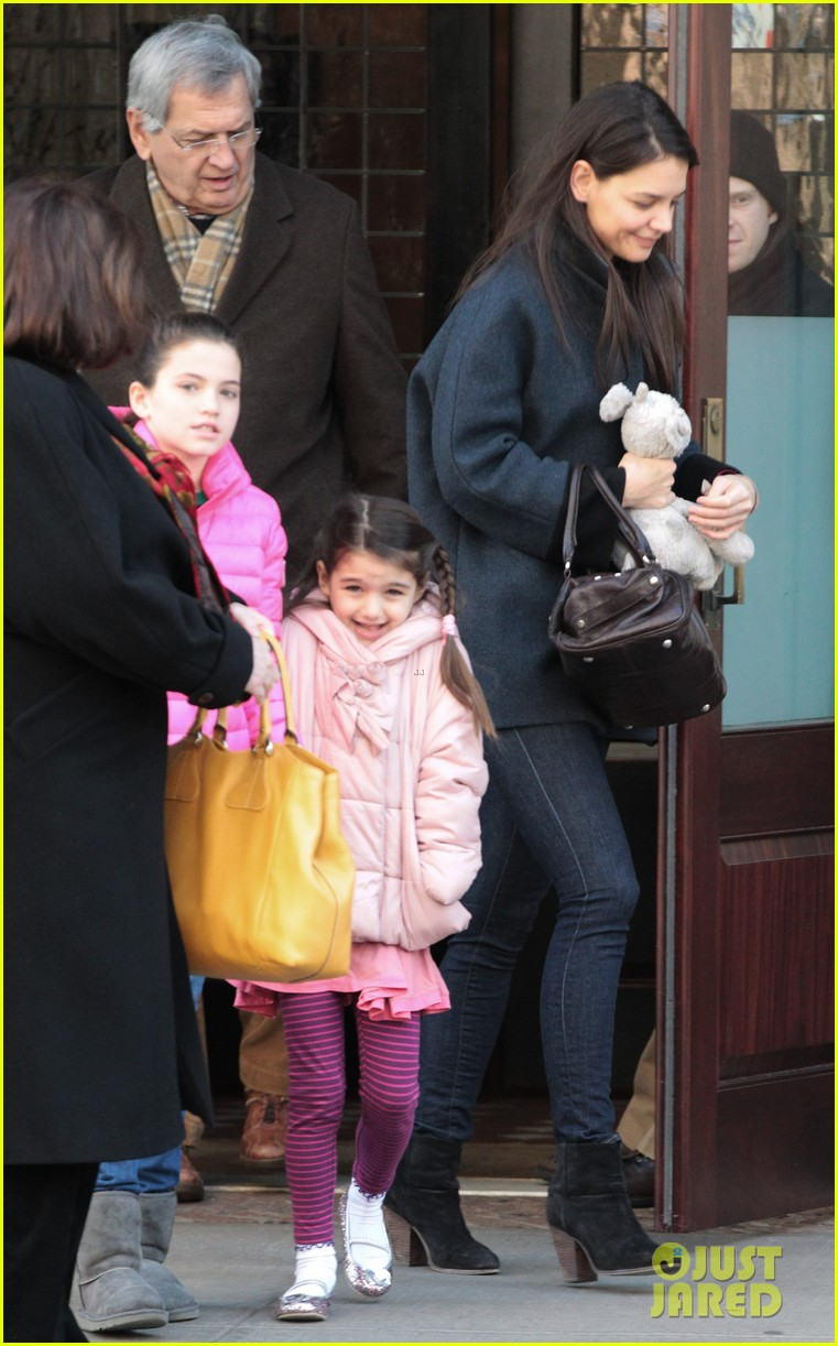 katie holmes red pancakes for suri on valentines day 01