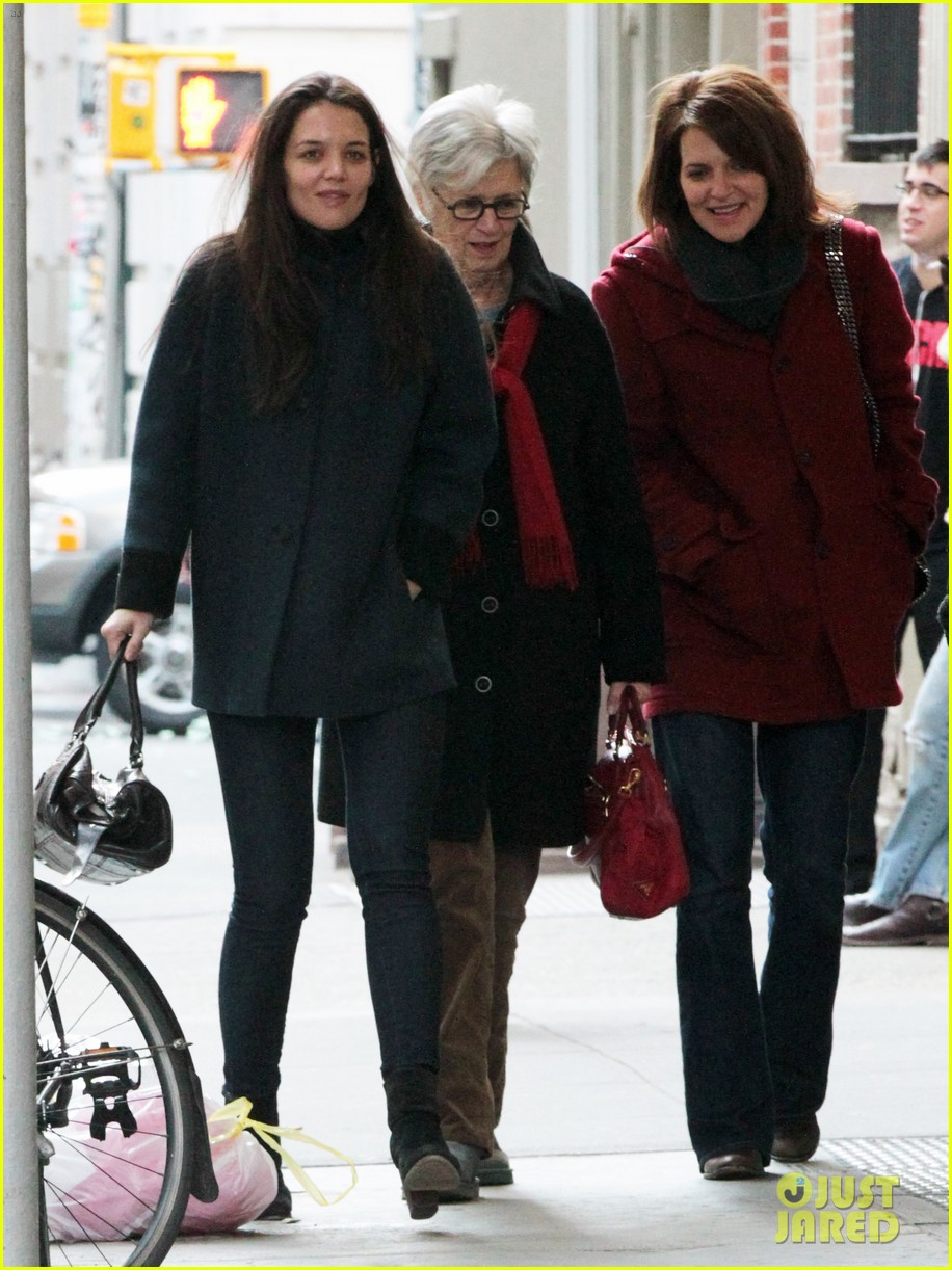 katie holmes red pancakes for suri on valentines day 03