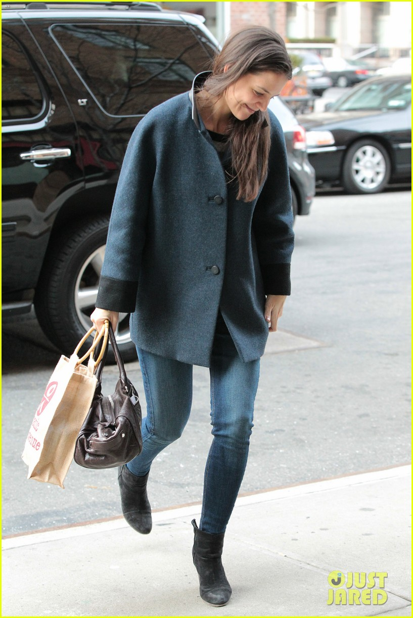 katie holmes red pancakes for suri on valentines day 052803782