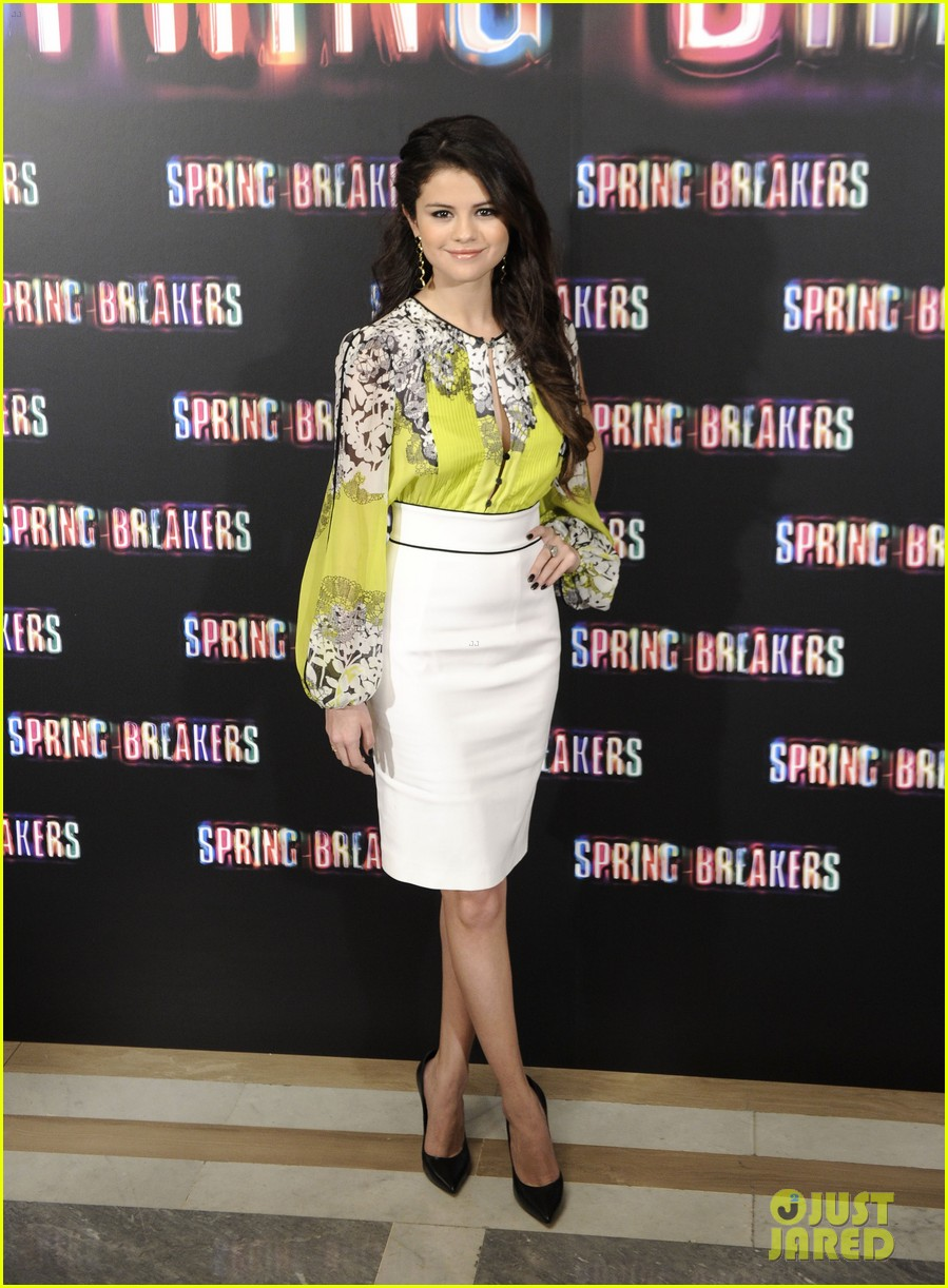 vanessa hudgens selena gomez spring breakers madrid photo call 012816444