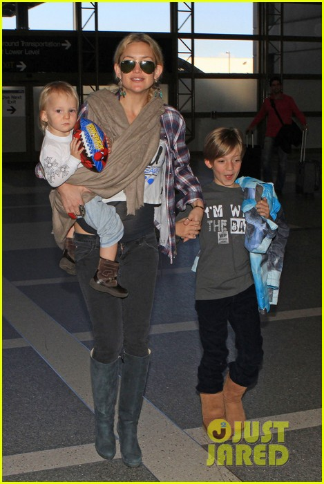 kate hudson lax departure with the little ones 012808837