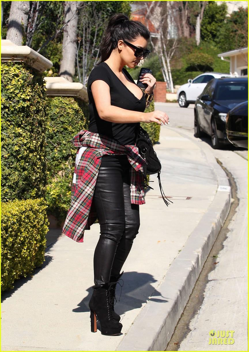 pregnant kim kardashian kanye west lax arrival after brazilian vacation 152810849