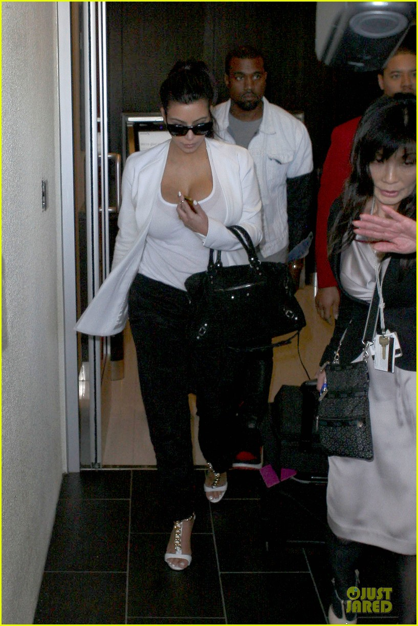 pregnant kim kardashian kanye west lax arrival after brazilian vacation 192810853