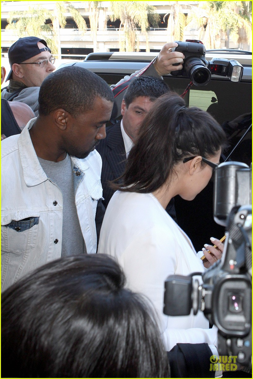 pregnant kim kardashian kanye west lax arrival after brazilian vacation 232810857