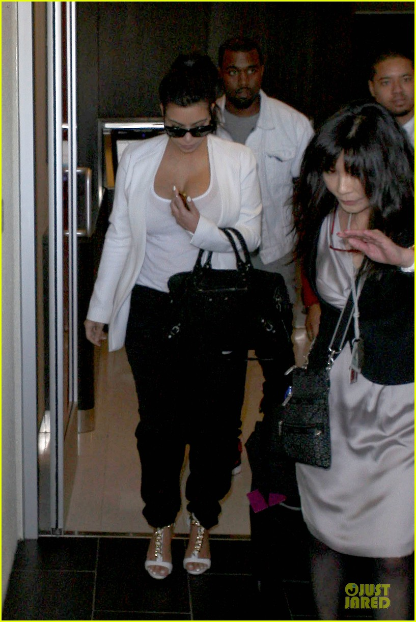 pregnant kim kardashian kanye west lax arrival after brazilian vacation 242810858