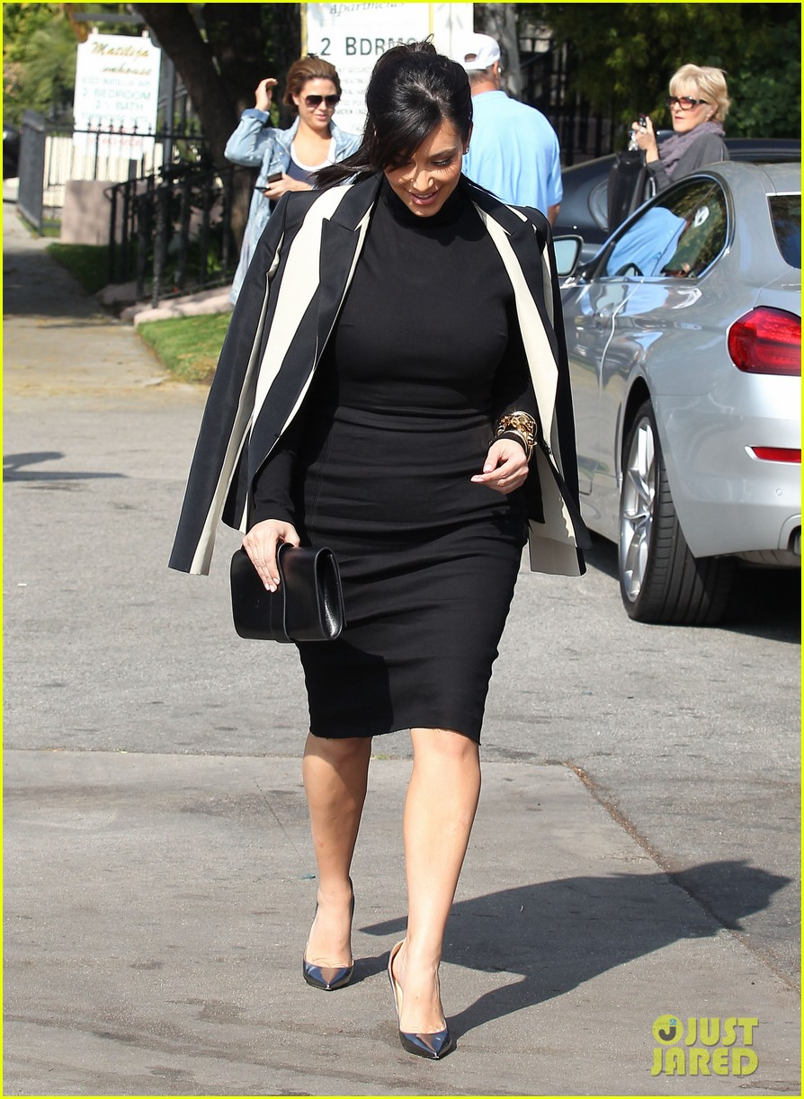 kim kardashian faces criticism for tweeting gun photo 092806039
