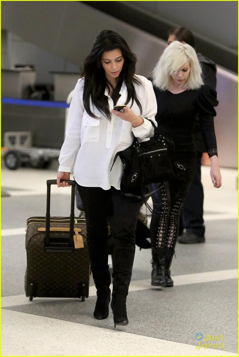 kim kardashian pregnant in heels at lax airport 032814671