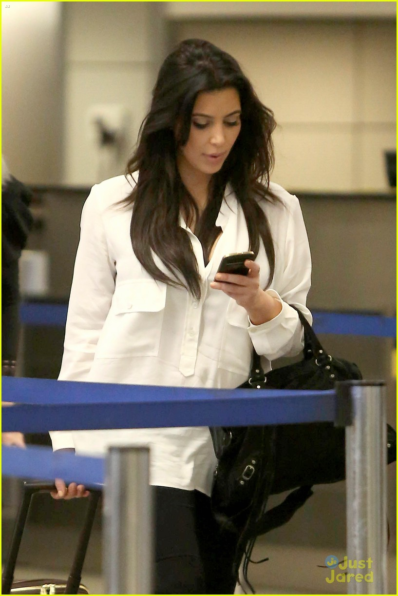 kim kardashian pregnant in heels at lax airport 04