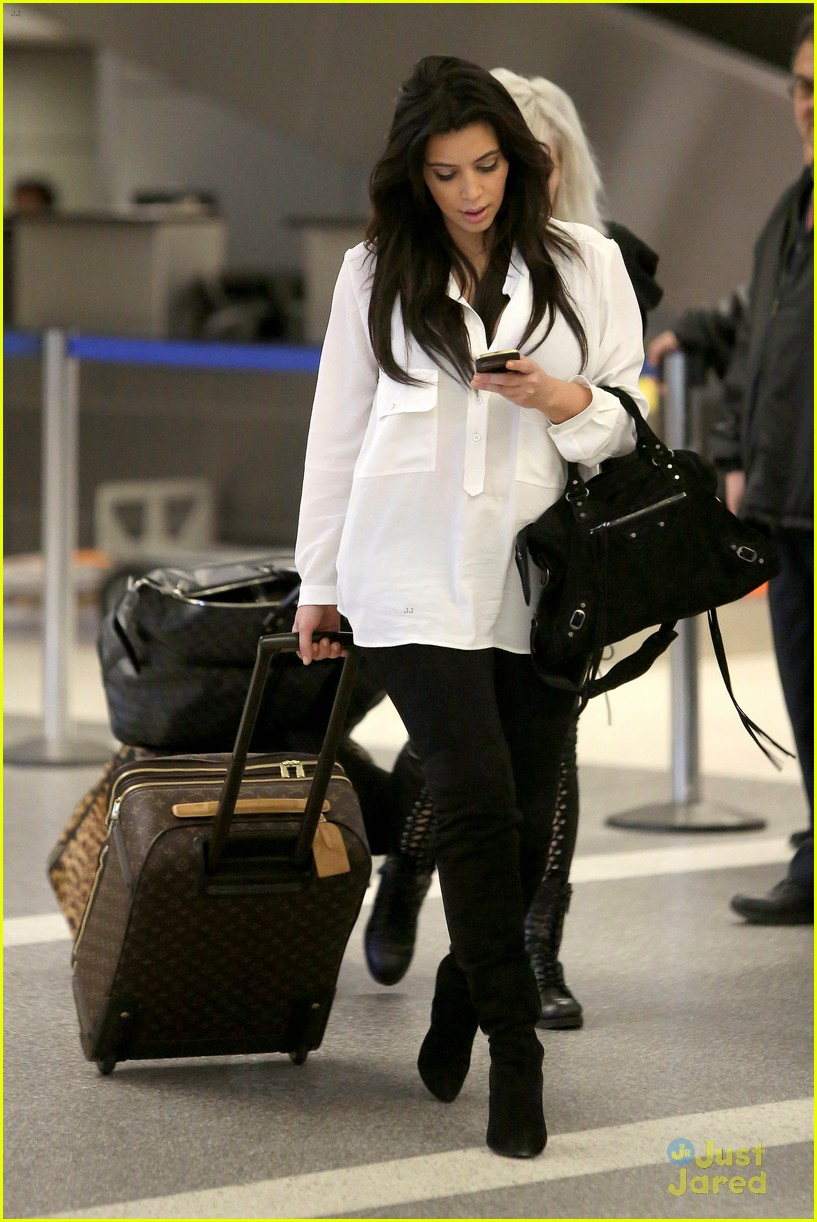 kim kardashian pregnant in heels at lax airport 05