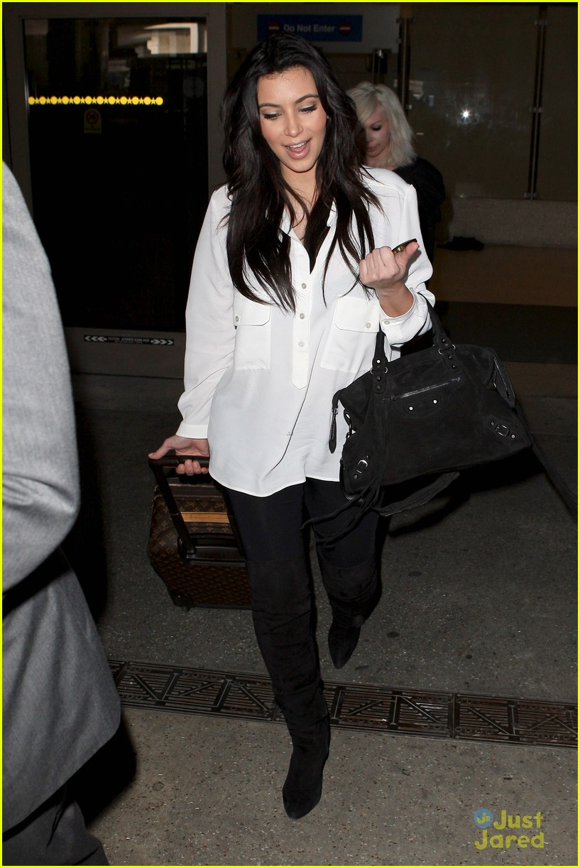 kim kardashian pregnant in heels at lax airport 082814676