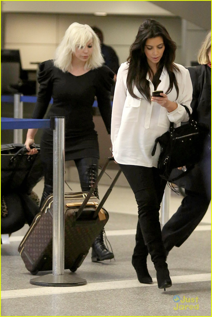 kim kardashian pregnant in heels at lax airport 182814686