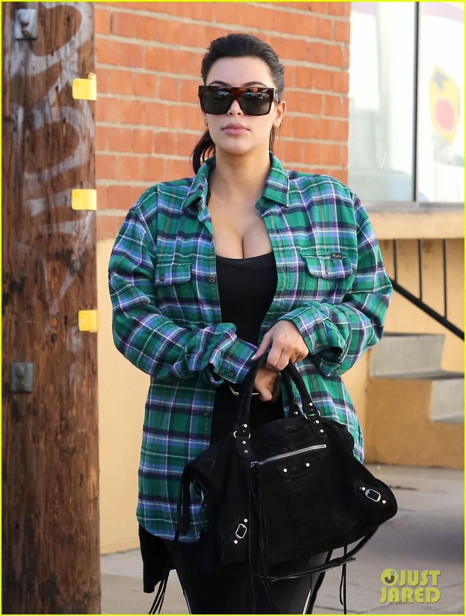 kim kardashian pregnant in skinny jeans 042822496
