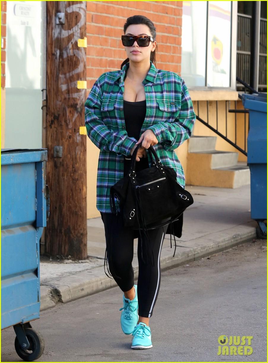 kim kardashian pregnant in skinny jeans 122822504