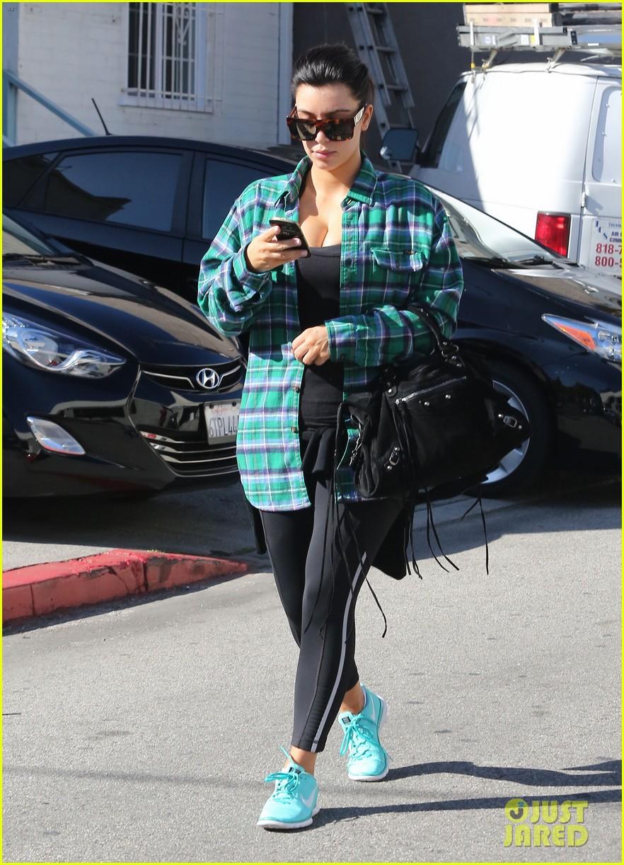 kim kardashian pregnant in skinny jeans 162822508