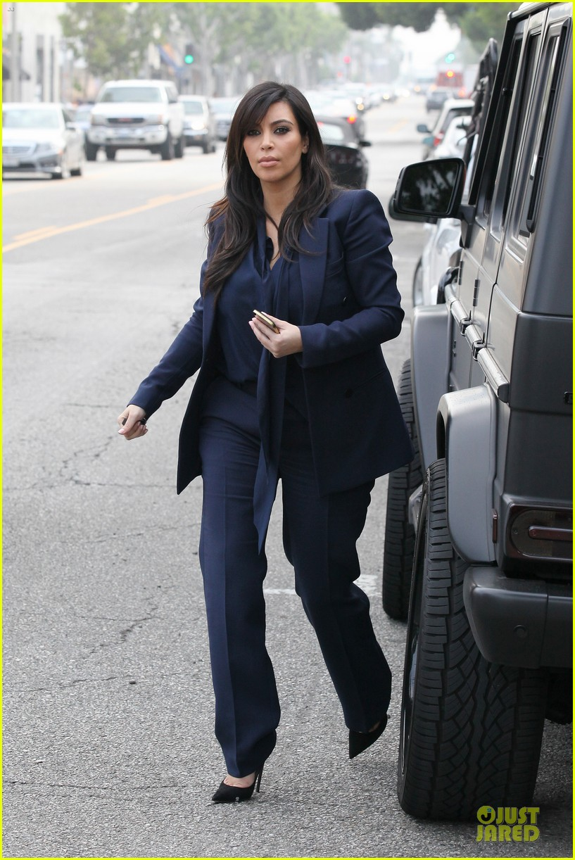 kim kardashian suiting baby bump 052805425