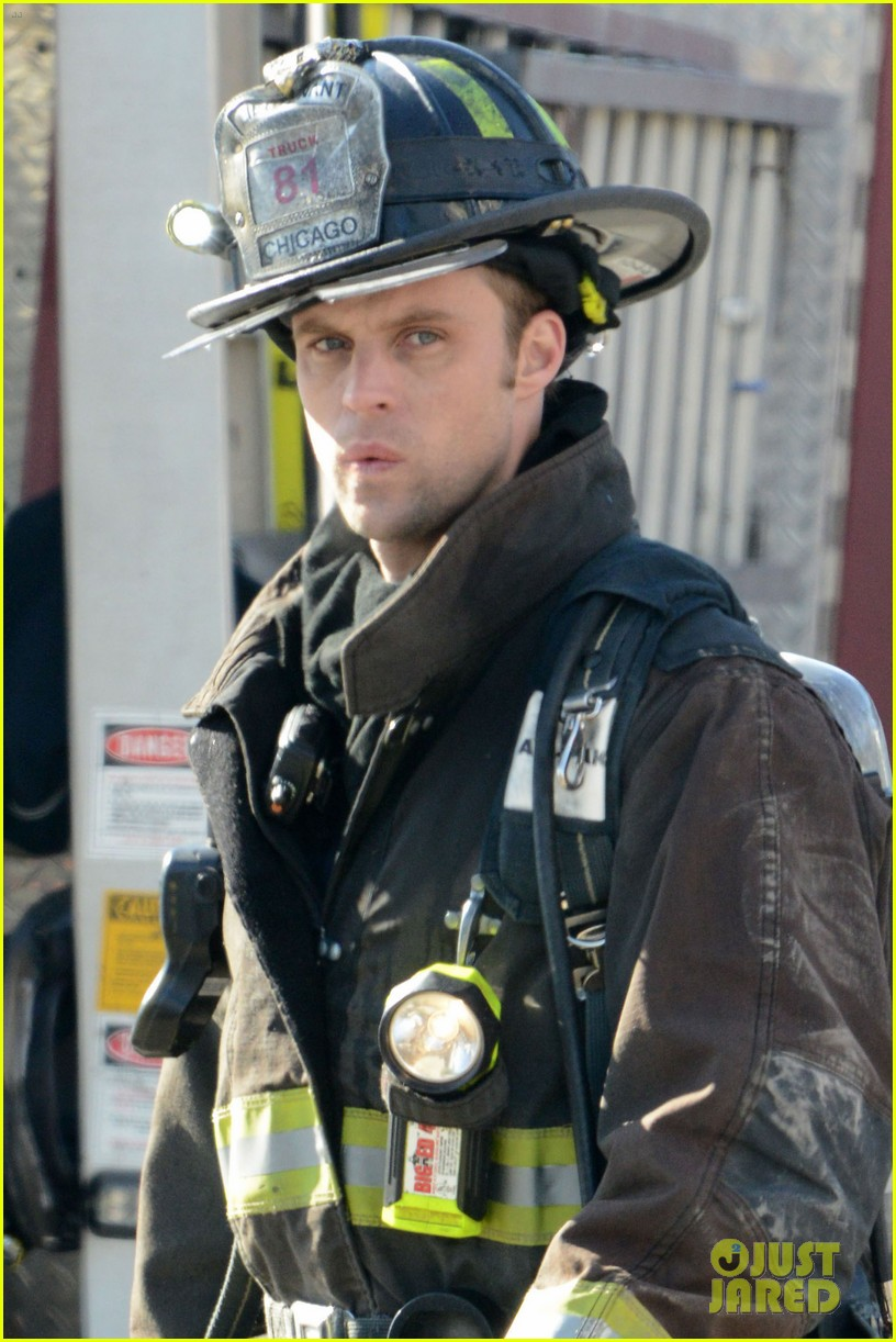 taylor kinney films chicago fire while gilfriend lady gaga has surgery 042816498