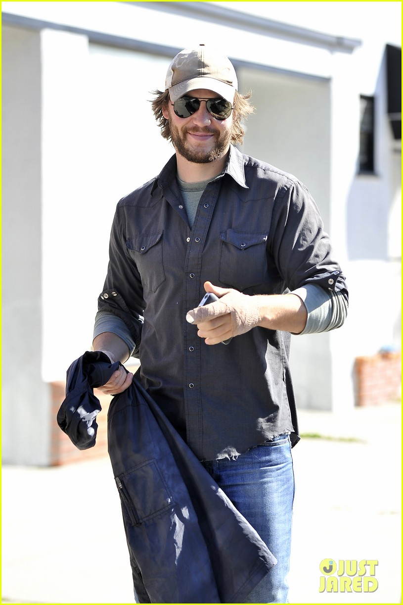 taylor kitsch arm bandage at kings road cafe 03