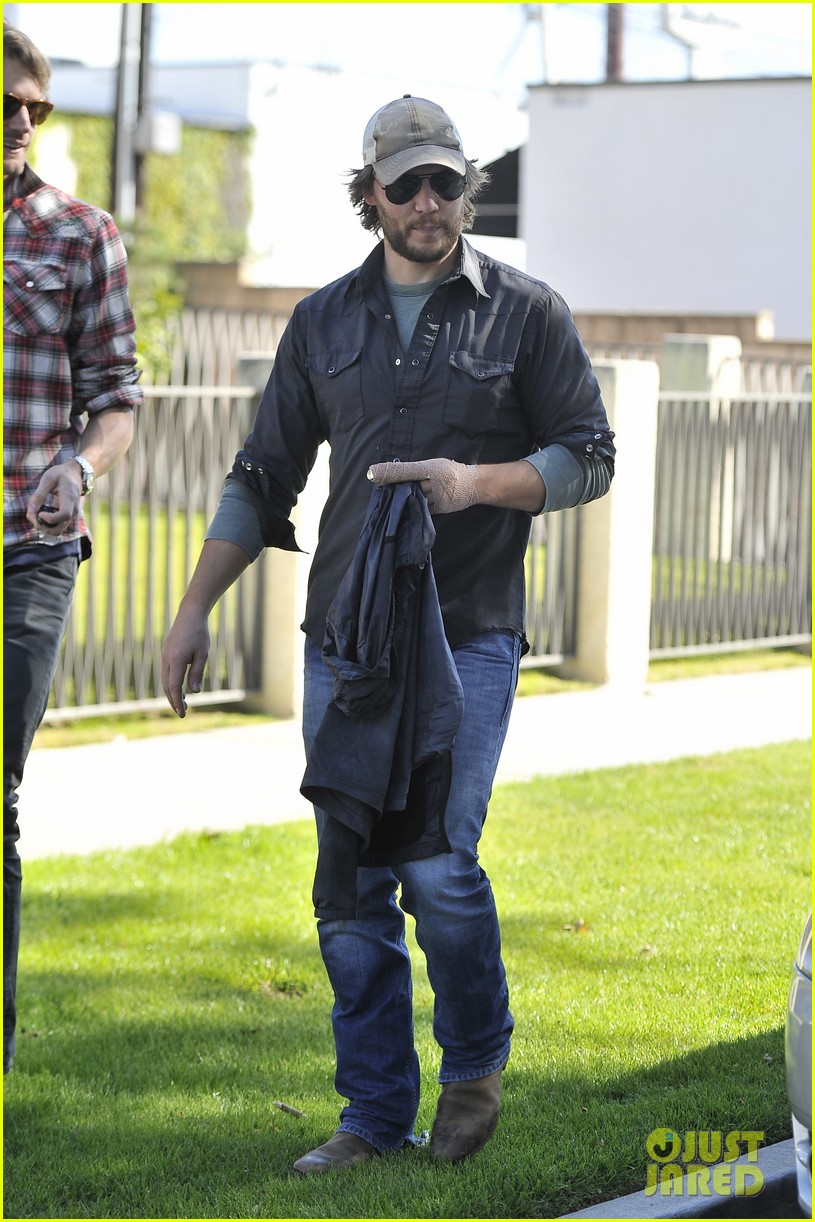 taylor kitsch arm bandage at kings road cafe 05