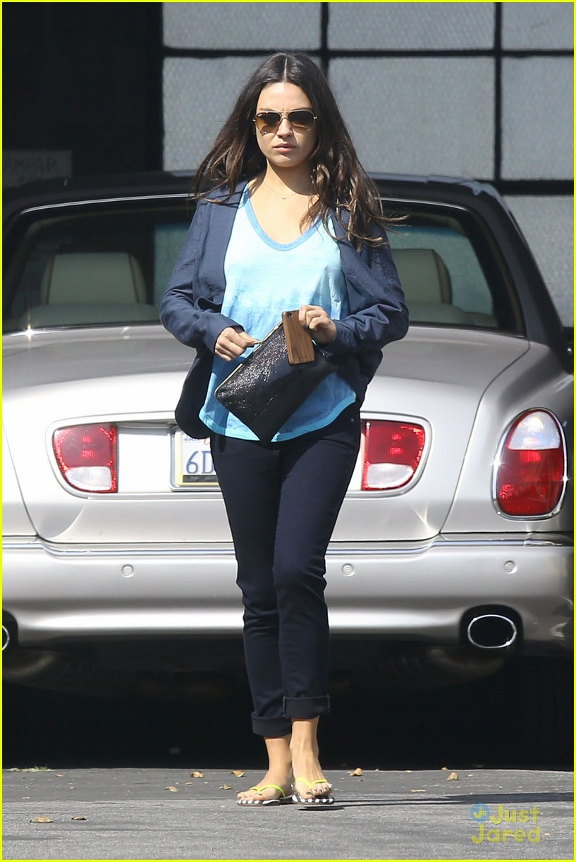 mila kunis plans on choosing motherhood over hollywood 012814771