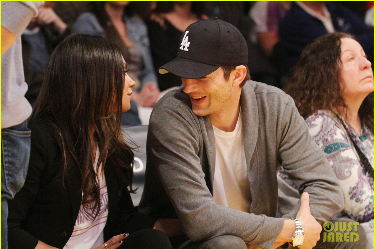 ashton kutcher mila kunis lakers game couple 012811153