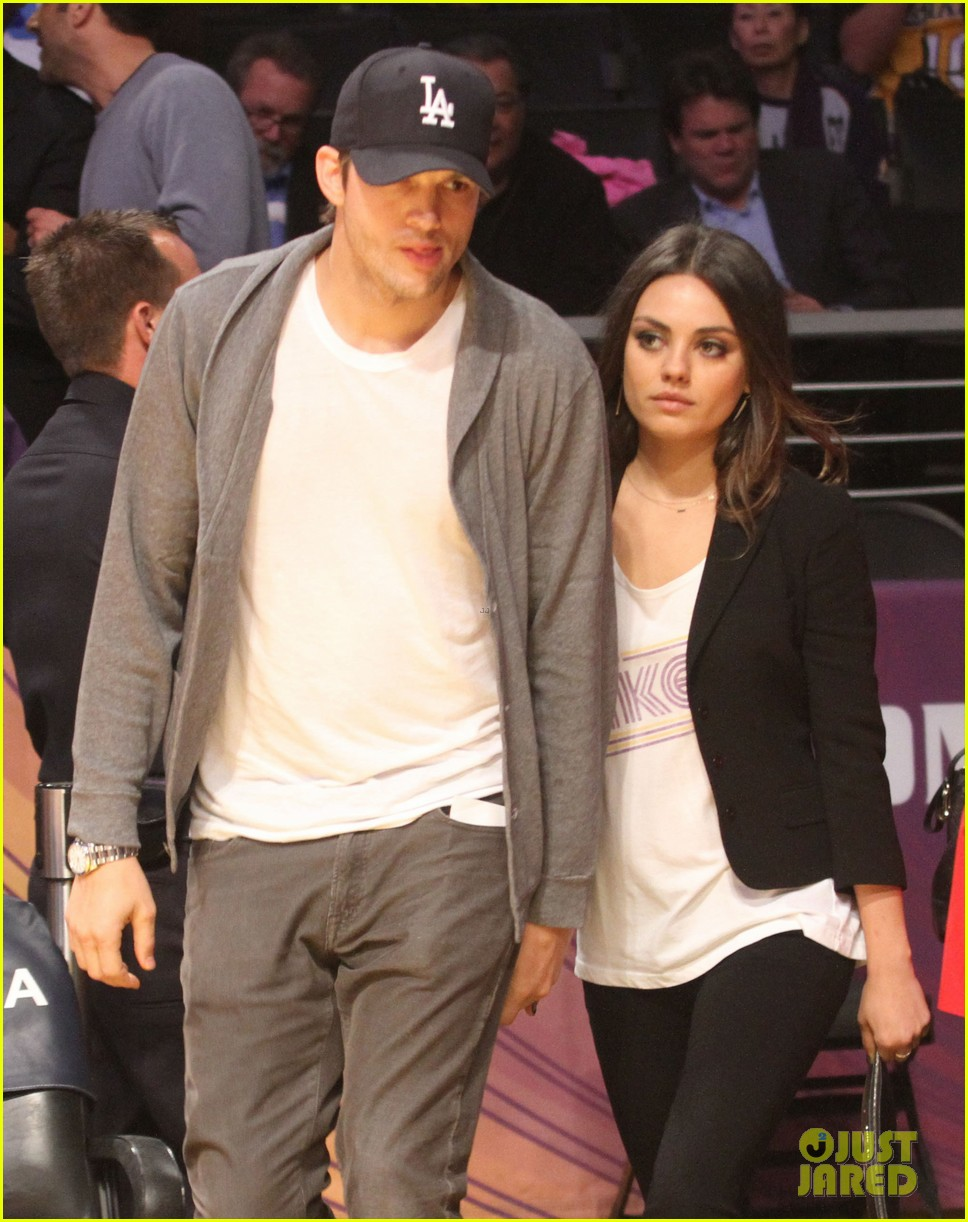 ashton kutcher mila kunis lakers game couple 03