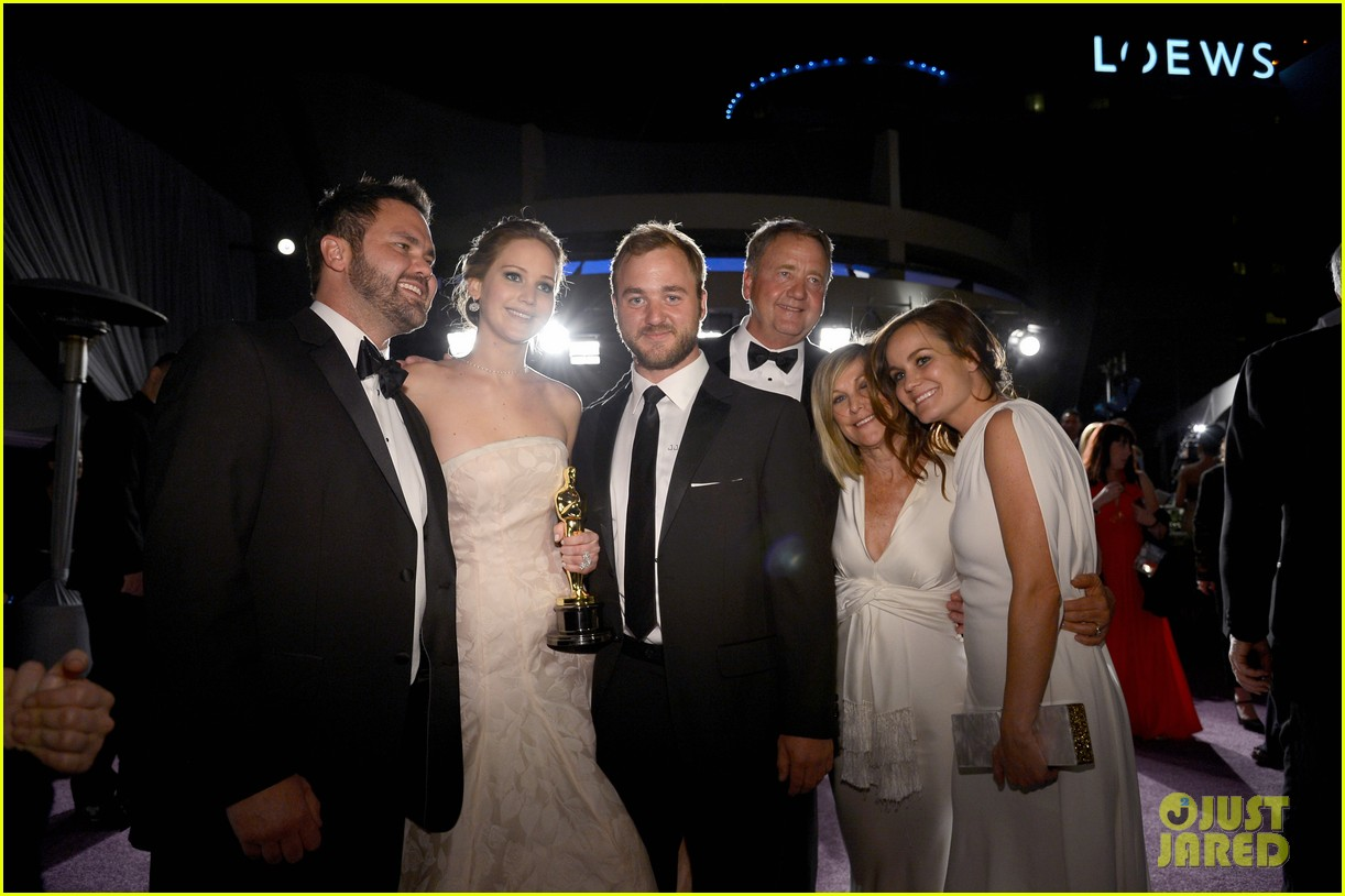 jennifer lawrence mobbed by family post oscars win 03