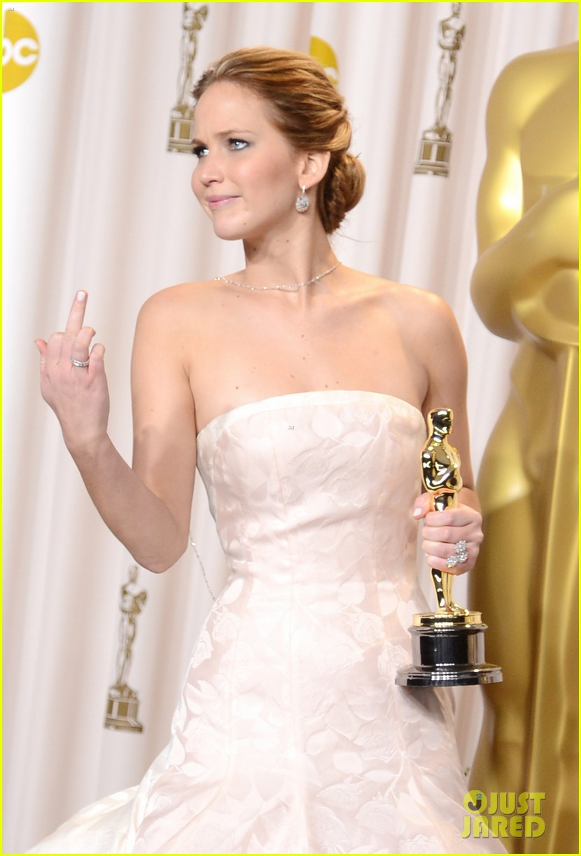 jennifer lawrence middle finger flash in oscars press room 01