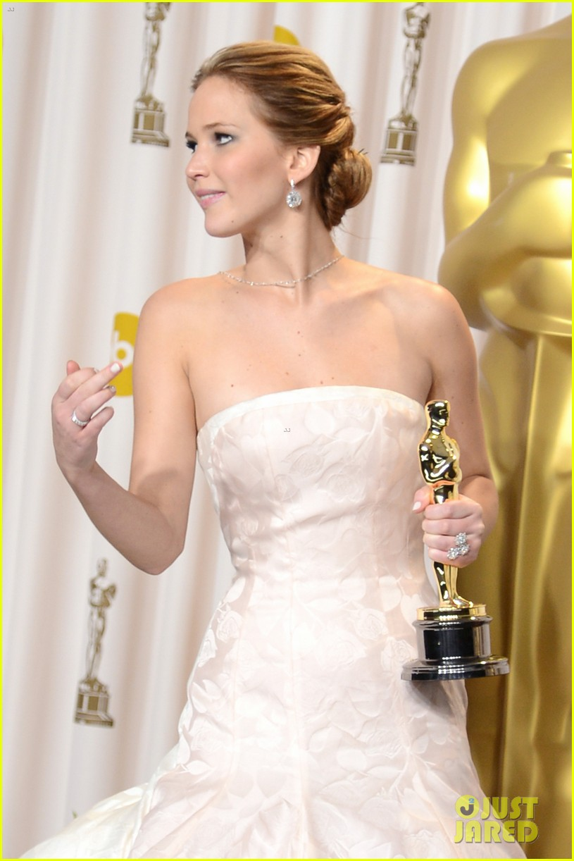 jennifer lawrence middle finger flash in oscars press room 05