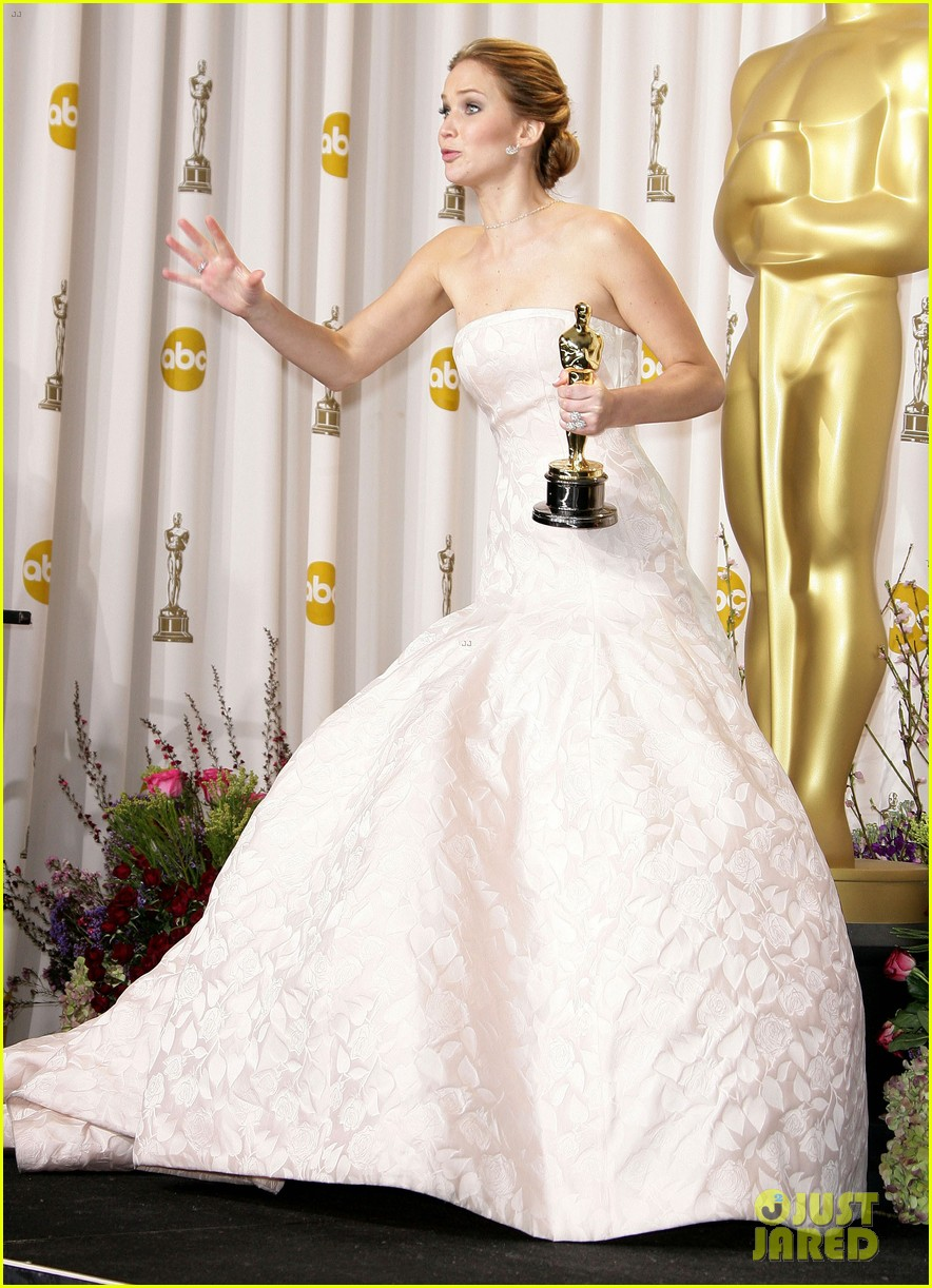 jennifer lawrence middle finger flash in oscars press room 08