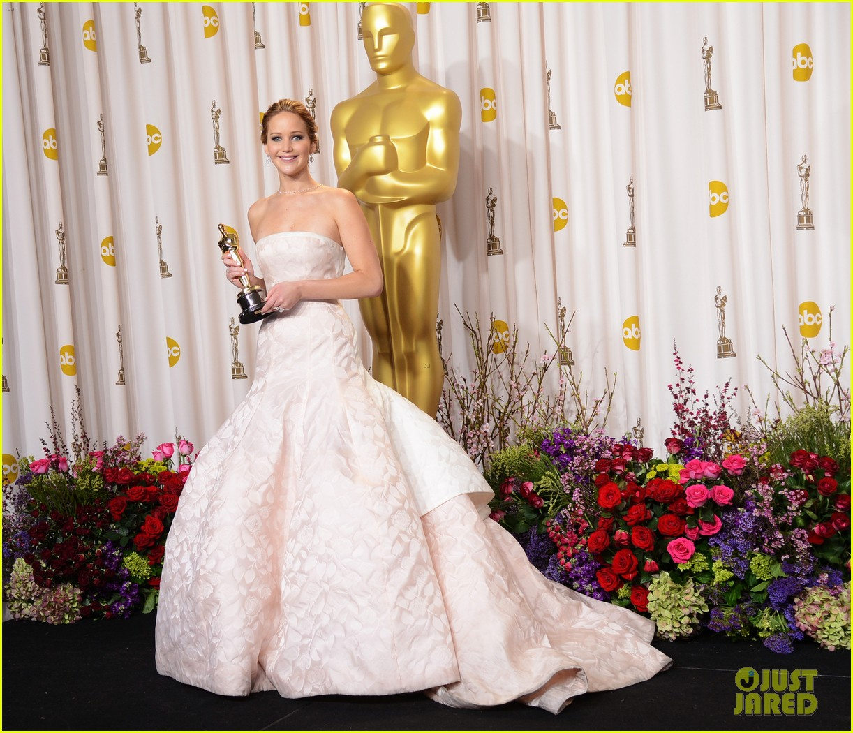 jennifer lawrence middle finger flash in oscars press room 09