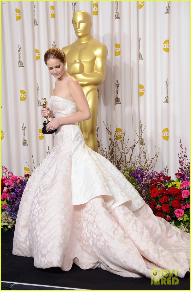jennifer lawrence middle finger flash in oscars press room 102820300