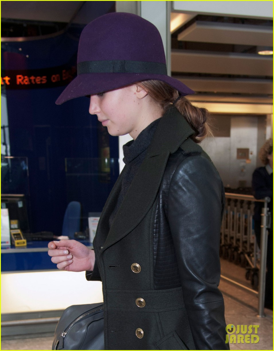 jennifer lawrence teddy bear departure in london 04