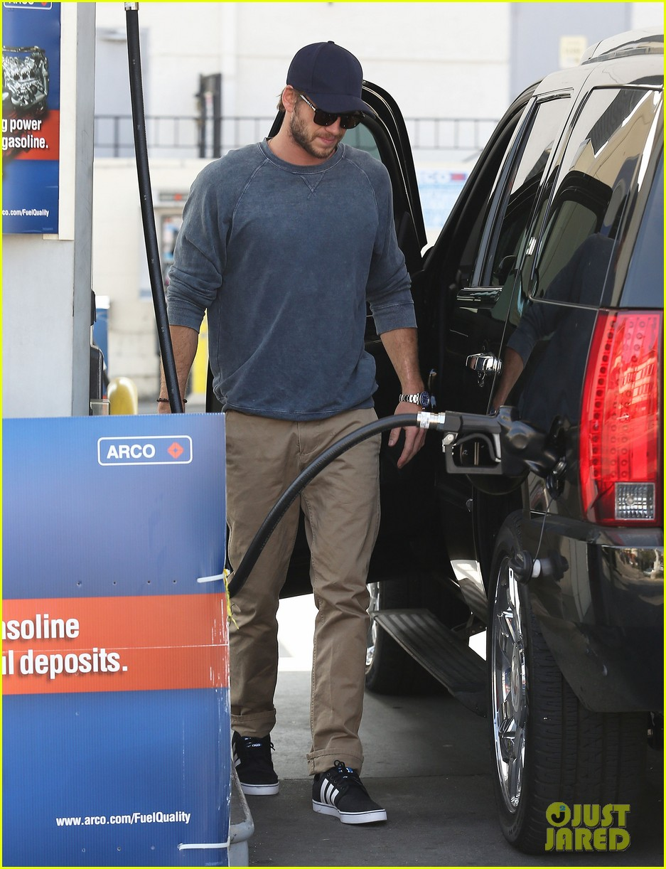 liam hemsworth lunch gas station stop 032815205